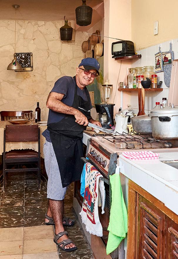 Elio cocinando en Casa Papá Elio
